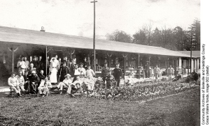 Soldiers and staff on the verandah of a pavillion ward at Duchess of Connaught Hospital, c.1915